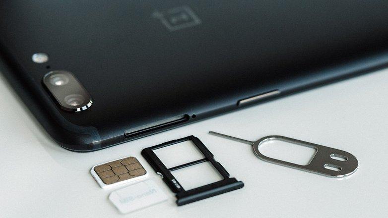 گوشیموبایلOnePlus 5 دارای فضایی برای دو سیمکارت نانو می باشد.© فون پدیا