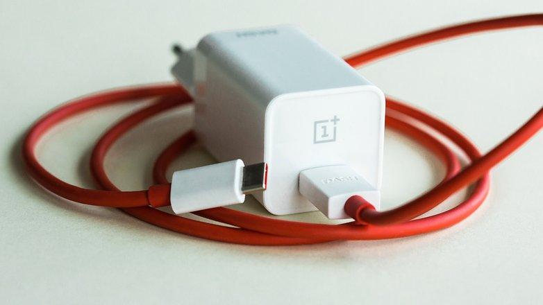 شارژر دش گوشیOnePlus 5 سریع بوده اما غیرقابل تعویض می باشد.© فون پدیا